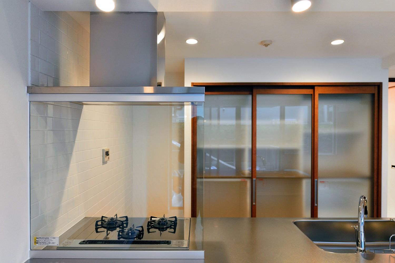 キッチン事例:トールサイズのキッチン収納(白のキッチンを中心にシンプルな暮らしを。二人の三軒茶屋リノベ住まい)