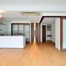 白のキッチンを中心にシンプルな暮らしを。二人の三軒茶屋リノベ住まいの写真 真正面からLDK