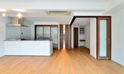 白のキッチンを中心にシンプルな暮らしを。二人の三軒茶屋リノベ住まい (真正面からLDK)