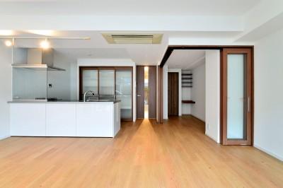 真正面からLDK (白のキッチンを中心にシンプルな暮らしを。二人の三軒茶屋リノベ住まい)