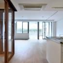 白のキッチンを中心にシンプルな暮らしを。二人の三軒茶屋リノベ住まいの写真 開放感のあるリビング