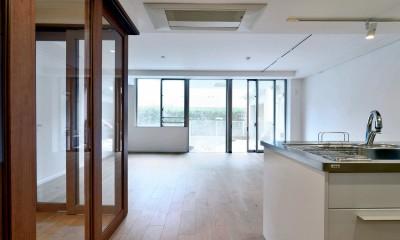 白のキッチンを中心にシンプルな暮らしを。二人の三軒茶屋リノベ住まい (開放感のあるリビング)