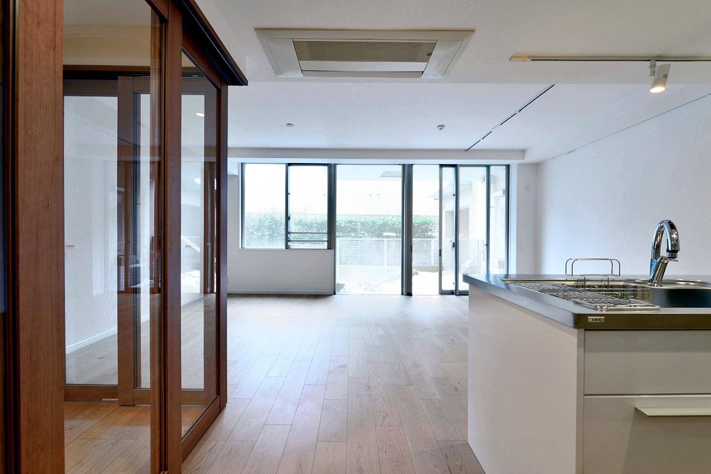 リビングダイニング事例:開放感のあるリビング(白のキッチンを中心にシンプルな暮らしを。二人の三軒茶屋リノベ住まい)