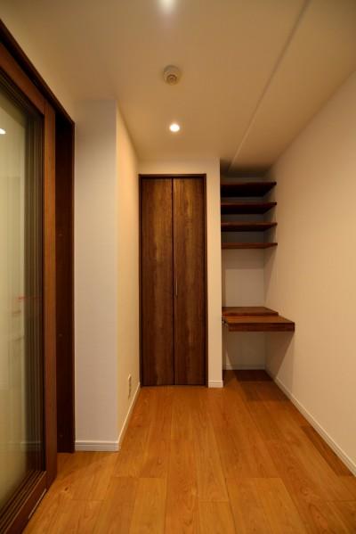 ワークスペース内部 (白のキッチンを中心にシンプルな暮らしを。二人の三軒茶屋リノベ住まい)