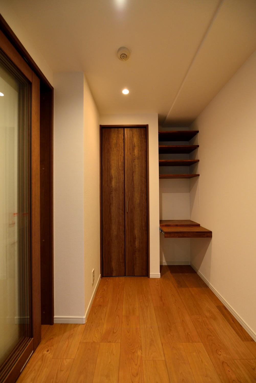 書斎事例:ワークスペース内部(白のキッチンを中心にシンプルな暮らしを。二人の三軒茶屋リノベ住まい)