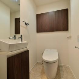 白のキッチンを中心にシンプルな暮らしを。二人の三軒茶屋リノベ住まい (トイレ)