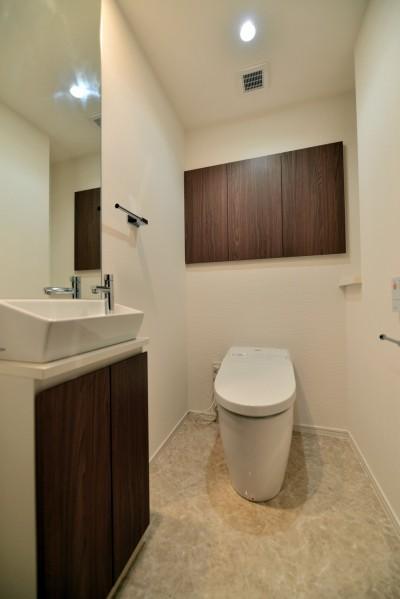 トイレ (白のキッチンを中心にシンプルな暮らしを。二人の三軒茶屋リノベ住まい)