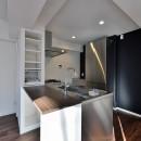 ステンレスキッチン×ブラックウォルナットが主役の永く暮らせる2LDKリノベ空間の写真 ステンレスキッチン