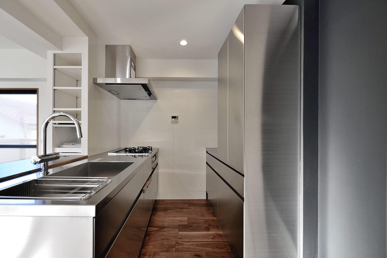 キッチン事例:Ⅱ型対面ステンレスキッチン(ステンレスキッチン×ブラックウォルナットが主役の永く暮らせる2LDKリノベ空間)