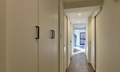 ステンレスキッチン×ブラックウォルナットが主役の永く暮らせる2LDKリノベ空間 (玄関~廊下)