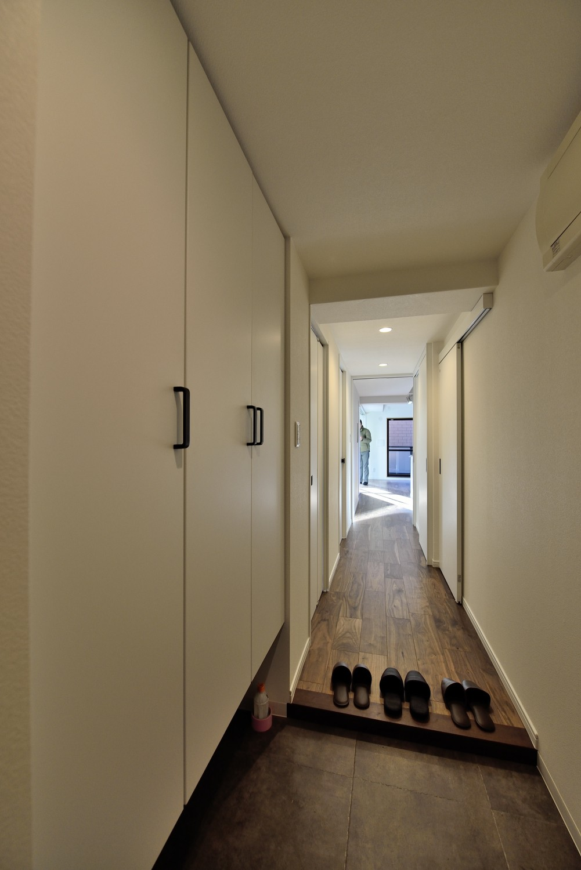 玄関事例:玄関~廊下(ステンレスキッチン×ブラックウォルナットが主役の永く暮らせる2LDKリノベ空間)