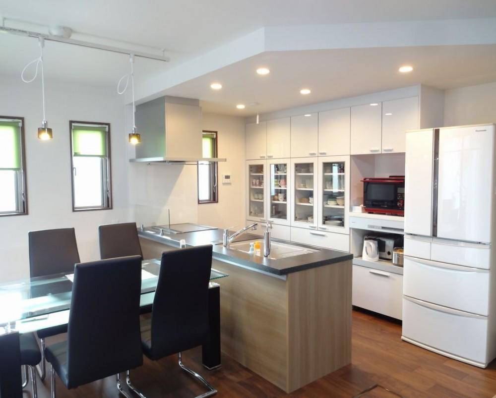 広々としたLDKと下がり天井で優しく間仕切ったキッチン (茅ヶ崎市K様邸 シックな装いの省エネルギーハウスにリノベーション)