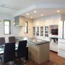 茅ヶ崎市K様邸 シックな装いの省エネルギーハウスにリノベーションの写真 広々としたLDKと下がり天井で優しく間仕切ったキッチン