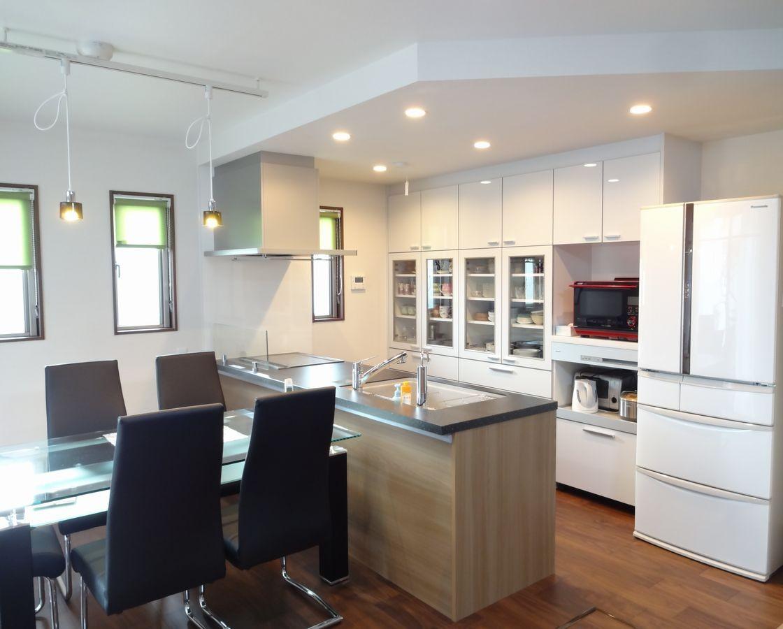 キッチン事例:広々としたLDKと下がり天井で優しく間仕切ったキッチン(茅ヶ崎市K様邸 シックな装いの省エネルギーハウスにリノベーション)