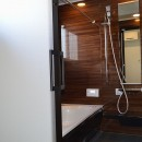 茅ヶ崎市K様邸 シックな装いの省エネルギーハウスにリノベーションの写真 最新バスルームで快適なバスタイムを