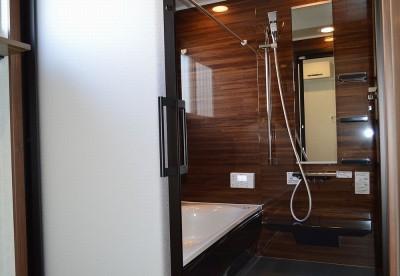 最新バスルームで快適なバスタイムを (茅ヶ崎市K様邸 シックな装いの省エネルギーハウスにリノベーション)