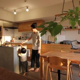 ダイニングキッチン (スモーキーな色使い(上井草マンションリノベーション))