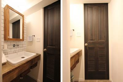 洗面室 (木と黒ないえ)