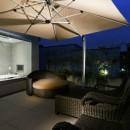 高輪台の家、こだわりの施主と作り上げたバーカウンターのある大型住まいの写真 ルーフバルコニー夜景