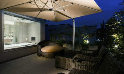 高輪台の家、こだわりの施主と作り上げたバーカウンターのある大型住まい (ルーフバルコニー夜景)