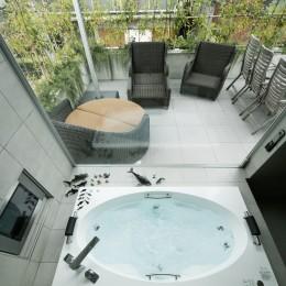 高輪台の家、こだわりの施主と作り上げたバーカウンターのある大型住まい (ジャグジー浴槽)