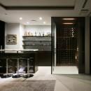 高輪台の家、こだわりの施主と作り上げたバーカウンターのある大型住まいの写真 ワインセラーを望む