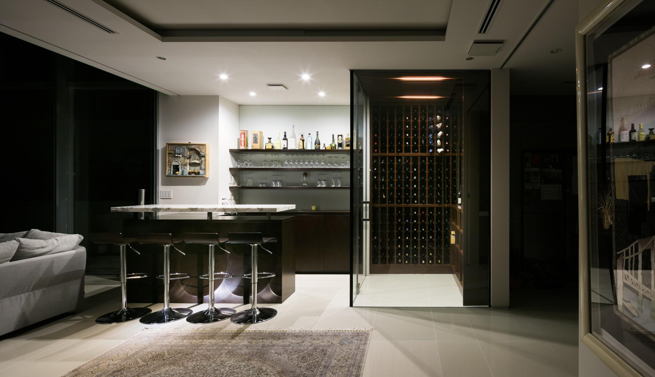 リビングダイニング事例:ワインセラーを望む(高輪台の家、こだわりの施主と作り上げたバーカウンターのある大型住まい)