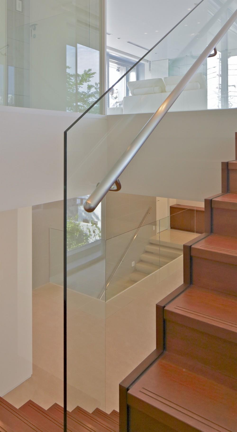 高輪台の家 (強化ガラススクリーンとした階段手摺)
