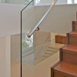 高輪台の家、こだわりの施主と作り上げたバーカウンターのある大型住まい (強化ガラススクリーンとした階段手摺)