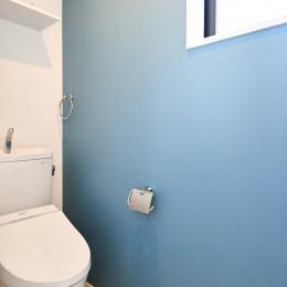 木の温もり溢れる上質な住まい (トイレ)