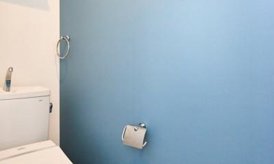 木の風合いにブルーを添えて (トイレ)