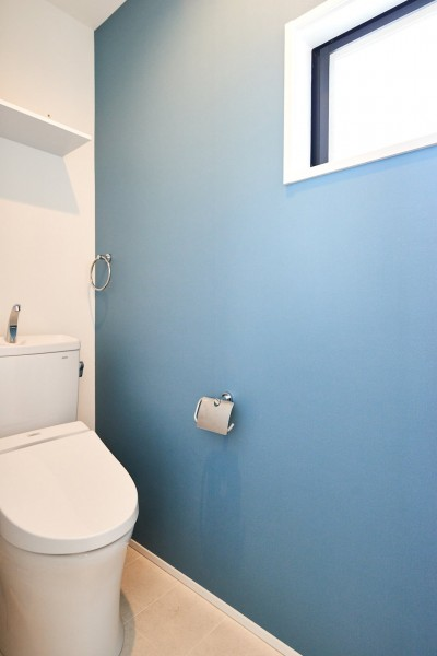 トイレ (木の風合いにブルーを添えて)