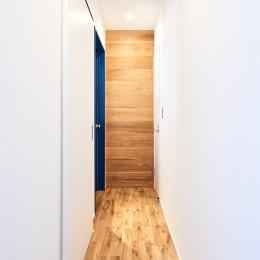 木の温もり溢れる上質な住まい (廊下)