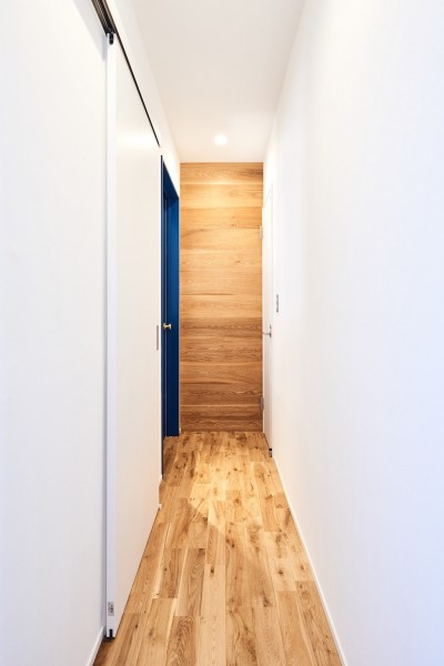 廊下 (木の風合いにブルーを添えて)