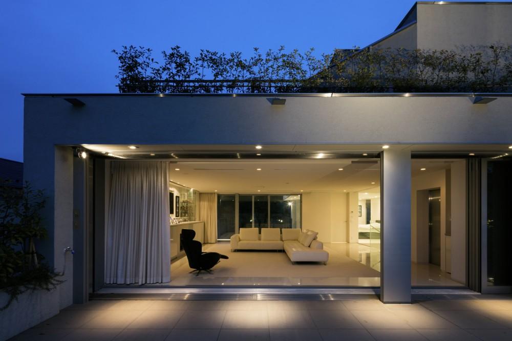 高輪台の家 (3階ルーフバルコニーからプライベートラウンジを望む)