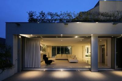 高輪台の家、こだわりの施主と作り上げたバーカウンターのある大型住まい (3階ルーフバルコニーからプライベートラウンジを望む)