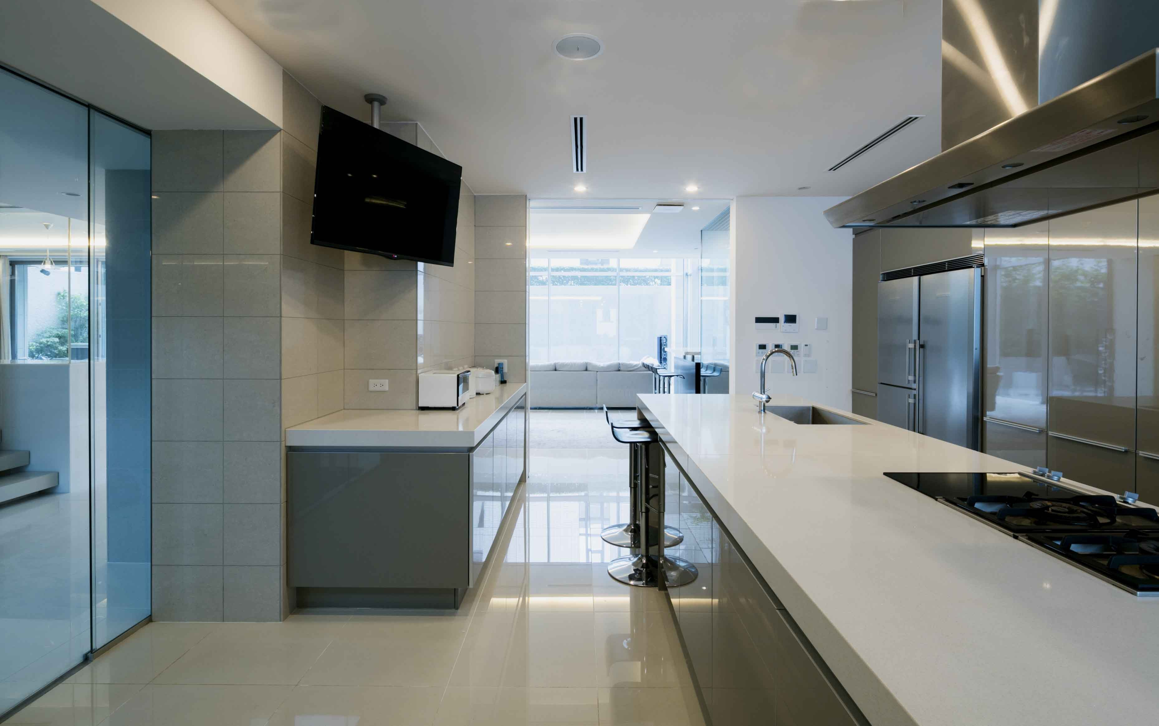 キッチン事例:キッチンからバーコーナーを右手にリビング方向を望む(高輪台の家、こだわりの施主と作り上げたバーカウンターのある大型住まい)