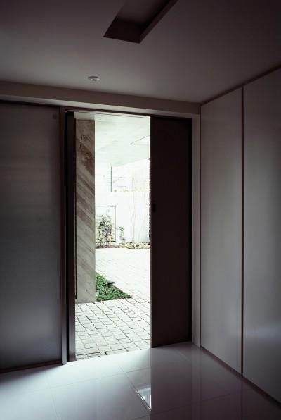 典雅さを目指した広尾の住まい RCビシャン仕上げの外観 シノワズリのインテリア空間 (玄関入ったところの見返し)