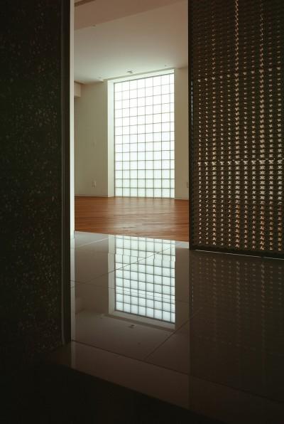 典雅さを目指した広尾の住まい RCビシャン仕上げの外観 シノワズリのインテリア空間 (リビング前のホールの様子)