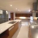 典雅さを目指した広尾の住まい RCビシャン仕上げの外観 シノワズリのインテリア空間の写真 キッチン