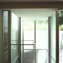 典雅さを目指した広尾の住まい RCビシャン仕上げの外観 シノワズリのインテリア空間の写真 中庭へ下りて行くガラス張り階段室の様子
