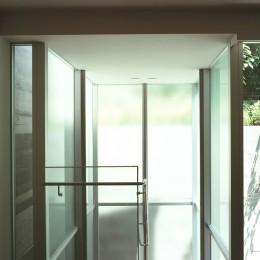 典雅さを目指した広尾の住まい RCビシャン仕上げの外観 シノワズリのインテリア空間 (中庭へ下りて行くガラス張り階段室の様子)