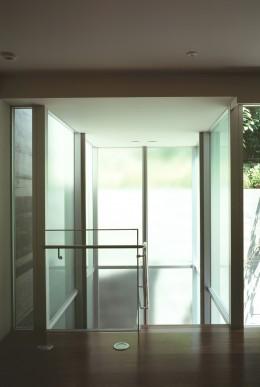 HIROO FLAT:地形への応答 (中庭へ下りて行くガラス張り階段室の様子)