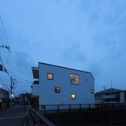 大収納狭小住宅 ハコノオウチ07 (夜景外観)