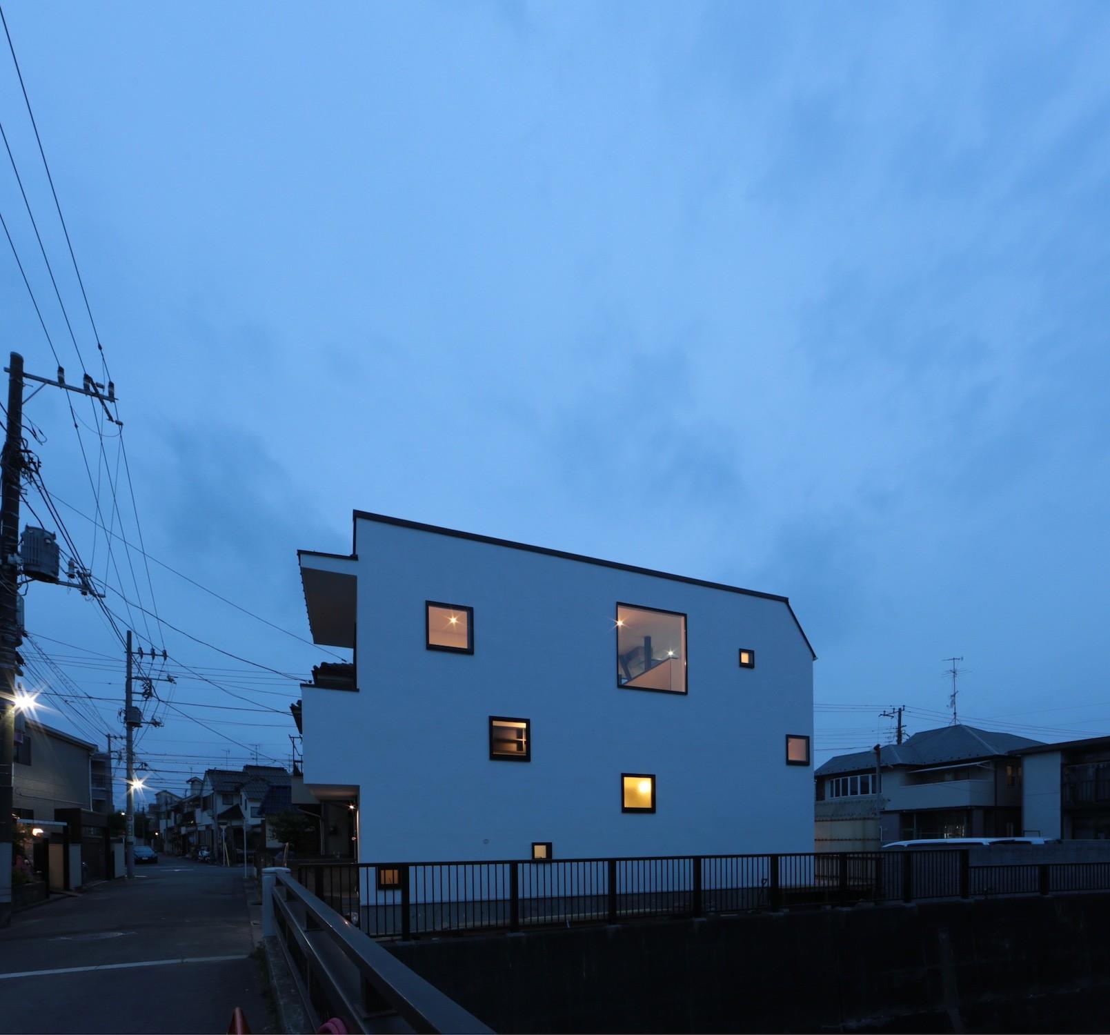 外観事例:夜景外観(大収納狭小住宅 ハコノオウチ07)