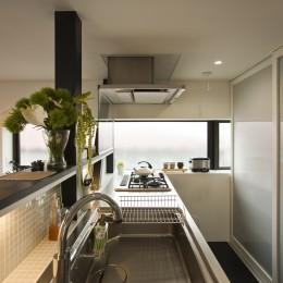 大収納狭小住宅 ハコノオウチ07 (対面式キッチンと背面パントリー)