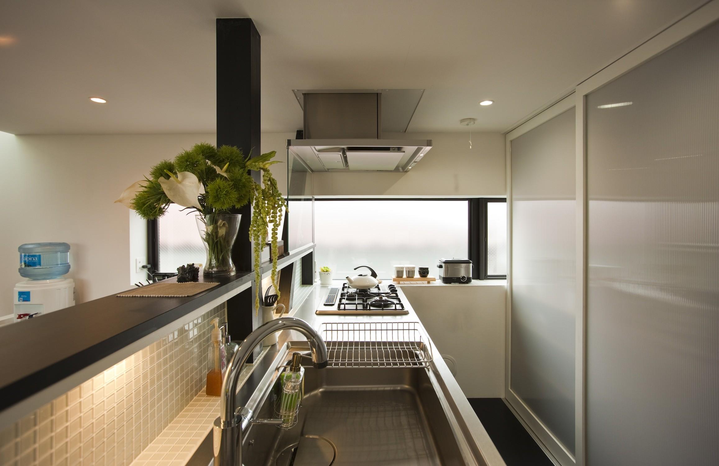 キッチン事例:対面式キッチンと背面パントリー(大収納狭小住宅 ハコノオウチ07)