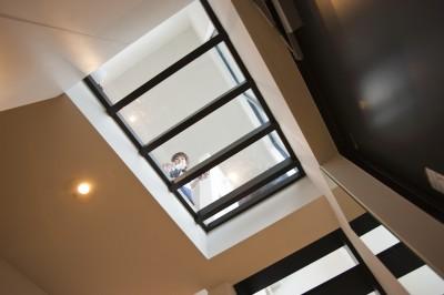 玄関の天井 (大収納狭小住宅 ハコノオウチ07)