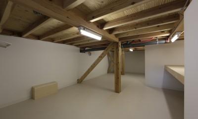 8畳半ある中間階納戸|大収納狭小住宅 ハコノオウチ07