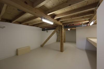 8畳半ある中間階納戸 (大収納狭小住宅 ハコノオウチ07)